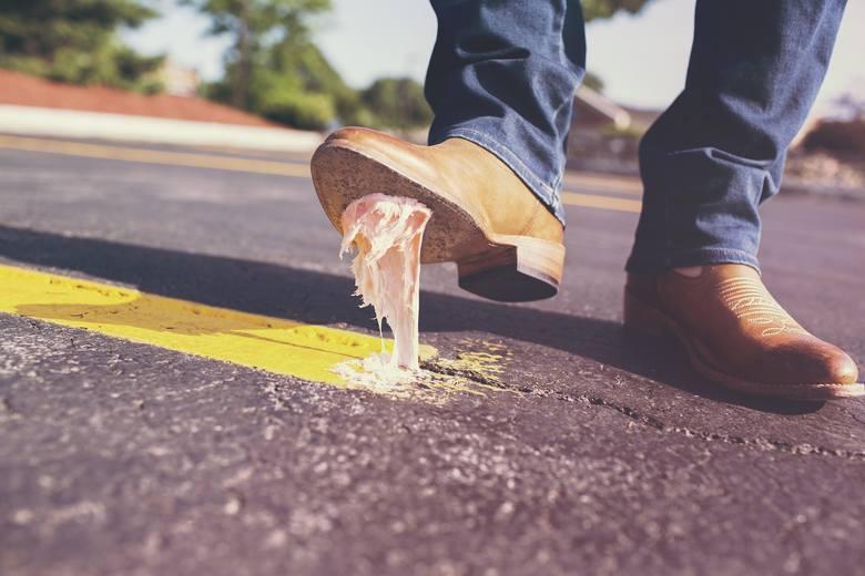 Mówi się, że buty są wizytówką człowieka. Nie wchodź na rozmowę kwalifikacyjną z brudnymi butami. Jeśli buty nie są skórzane nie musisz ich pastować