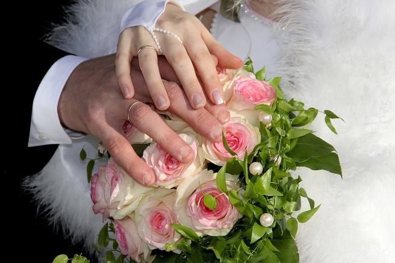 Organizacja ślubu i wesela to duże koszty. Sprawdziliśmy dla Was ile trzeba wydać teraz na zorganizowanie wesela. Zobaczcie na kolejnych zdjęciach >>>>>>Jak