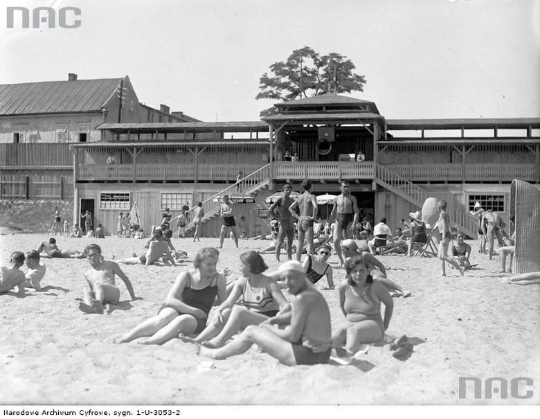 Plażowicze podczas wypoczynku na plaży Towarzystwa Uniwersytetu Robotniczego w Krakowie.