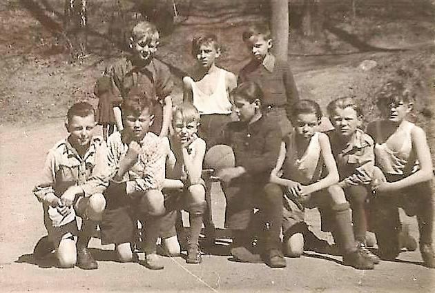 Nasza drużyna piłkarska z czwartej klasy 1951 r. W budynku wówczas znajdowały się dwie szkoły - nr 1 i nr 11, co prowadziło do konfliktów