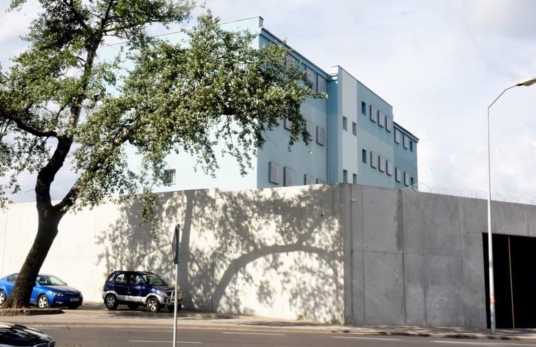 Areszt Śledczy w Zielonej Górze w ostatnich miesiącach bardzo się zmienił. Remontu doczekała się elewacja budynku, powstał też nowy, solidny mur.