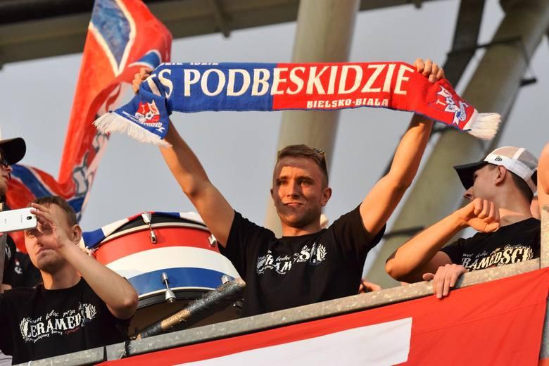 Podbeskidzie - Odra Opole 4:3 Kibice na trybunach fetowali awans Podbeskidzia. Zobacz kolejne zdjęcia. Przesuwaj zdjęcia w prawo - naciśnij strzałkę