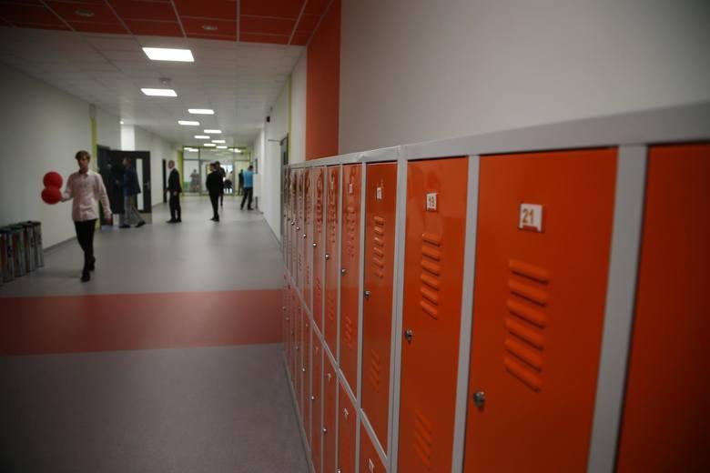 Nauka na dwie zmiany w roku szkolnym 2019/2020 będzie prowadzona w wielu szkołach w Polsce. Inaczej będzie w Poznaniu, gdzie uczniowie w pojedynczych przypadkach będą chodzili do szkoły na dwie zmiany. Jak to możliwe? Sposobem na to jest wydłużenie czasu nauki nawet do godziny 19 oraz okienka...