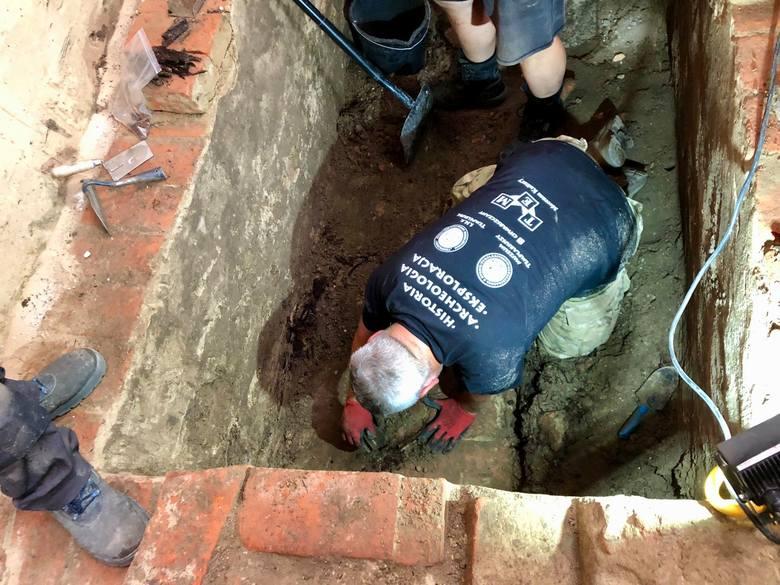 Badacze sprawdzają wnętrze kaplicy templariuszy. Szukają krypt i wejścia do legendarnego tunelu.