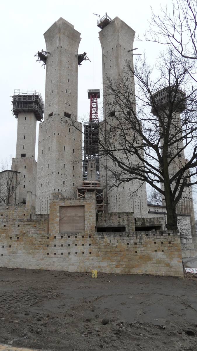 Mały Asyż wznoszony rękami o. Wawrzyńca Jaworskiego według projektu tyskiego architekta Stanisława Niemczyka zwanego polskim Gaudim.