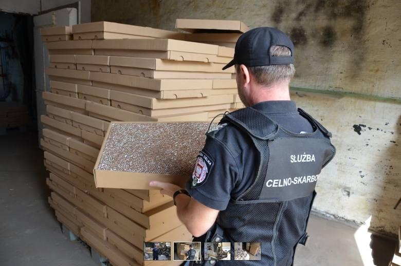 Prawie 100 kilogramów krajanki tytoniowej bez polskich znaków akcyzy skonfiskowali toruńscy policjanci na jednym z parkingów przy ulicy Legionów.SZCZEGÓŁY