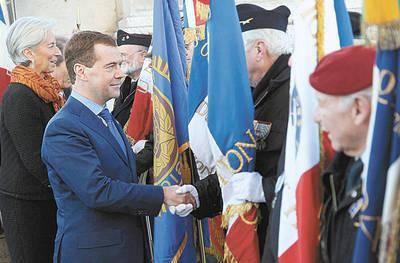 Rosyjski prezydent m.in. wziął udział w uroczystościach wojskowych pod Łukiem Triumfalnym Fot. Ian Langsdon (PAP/EPA)