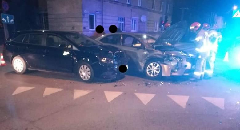 22 lutego bydgoscy strażacy dostali sygnał o kolizji na skrzyżowaniu ulic Leszczyńskiego z Solskiego. Zderzyły się tam dwa auta osobowe. - Zgłoszenie