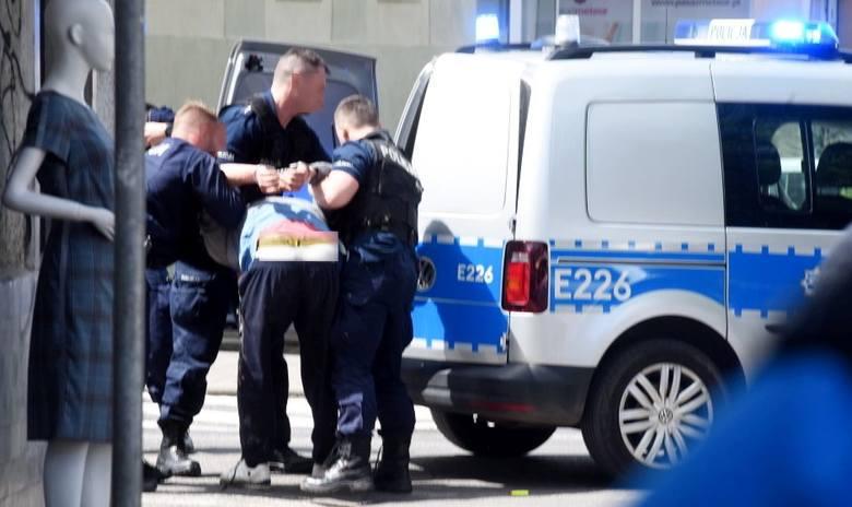 Interwencja policji na deptaku w biały dzień. Zatrzymany mężczyzna próbował ucieczki