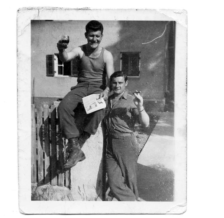 Frank Sheeran i jego kumpel Charlie Diggsy świętują zakończenie II wojny światowej