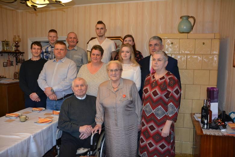 Adelajda i Stanisław Kiedrowiczowie z rodziną i burmistrzem Kamienia Wojciechem Głomskim