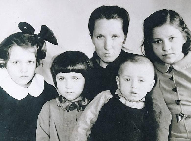 Druściany 1942. Stefania Szczemirska z dziećmi, od lewej: Alina, Krystyna, Andrzej, Alicja.