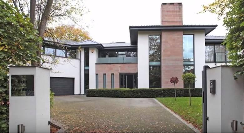 Swoją posiadłość Paul Pogba nabył za niemal 3 miliony funtów. Nieruchomość położona jest zaledwie 20 minut drogi samochodem od ośrodka treningowego United.