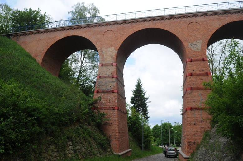Zabytkowy wiadukt został zbudowany na trasie Toporów – Międzyrzecz, w 1909 roku. 40-metrowy most o wysokości 25 metrów powstał z cegły i granitu. Jest uznany za jeden z najcenniejszych zabytków techniki.