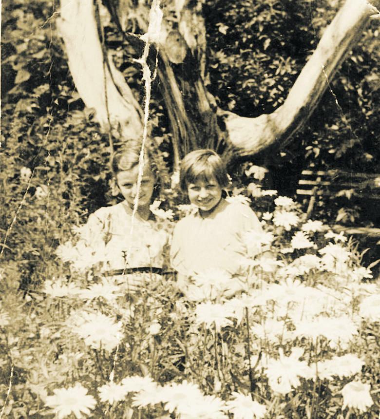Teresa Kiewlicz (z prawej) z koleżanką Wercią w Nieświeżu, niespełna dwa lata przed wyjazdem z Kresów