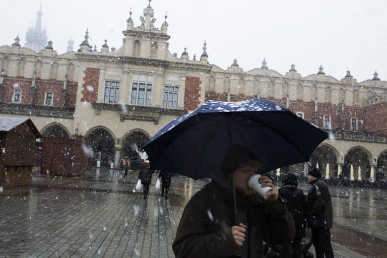 Kilka tysięcy osób bez prądu po ataku zimy [LISTA]