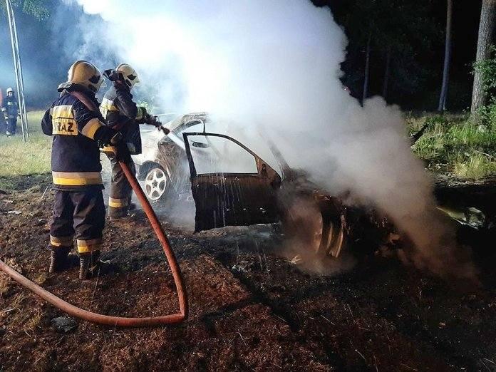 """Do zdarzenia doszło w sobotę, 20 lipca, na """"starej trójce"""" koło Międzyrzecza. Mercedes wypadł z drogi, rozbił barierki i znak po czym zapalił się. Samochód"""