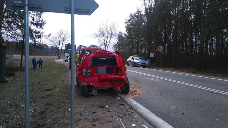 Na krajowej ósemce samochód ciężarowy najechał na jadącego przed nim volkswagena, a ten na poprzedzającą go osobówkę tej samej marki.
