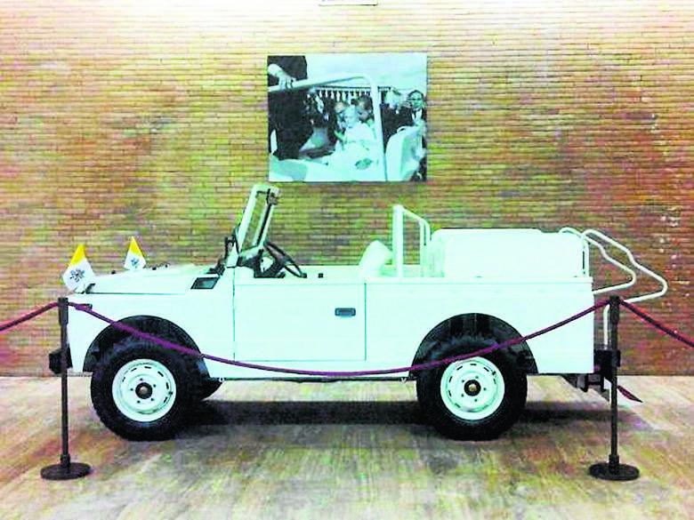 """Najsławniejszy """"Papamobile"""" w Muzeum Watykańskim. W głębi - zdjęcie wykonane w chwilę po strzałach Ali Agcy"""