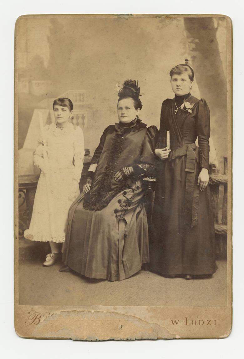 We włosach nie pojawiały się praktycznie żadne ozdoby - najlepiej, gdy fryzura była upięta.