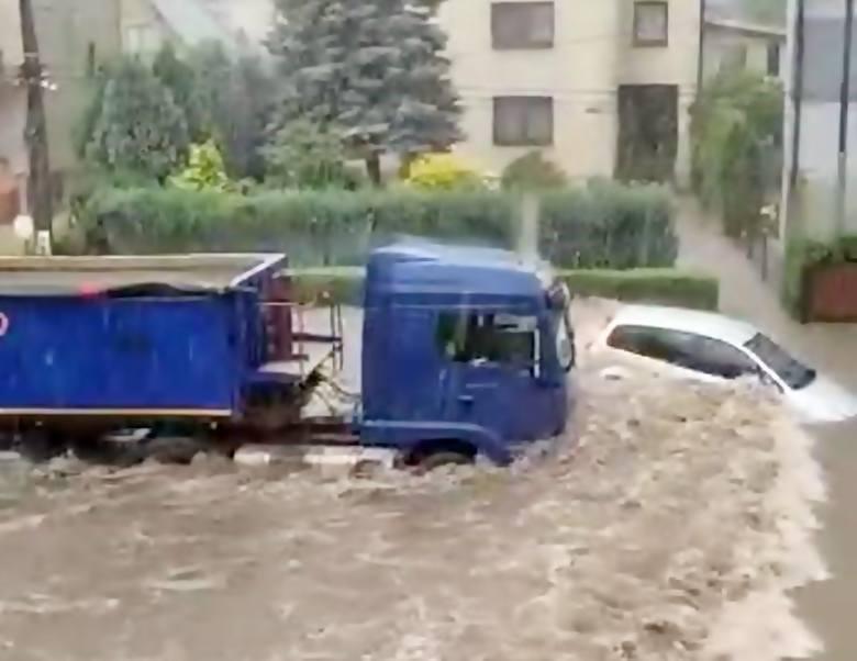 Gwałtowne burze na Śląsku i w Częstochowie spowodowały, że drogami płynęły rzeki. Strażacy interweniowali ponad 150 razy. Zobacz kolejne zdjęcia. Przesuwaj