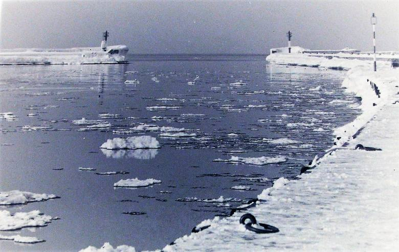 Port Ustka w zimowej scenerii.