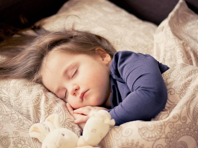 <strong>Jakie błędy podczas usypiania dziecka najczęściej popełniają rodzice?</strong><br /> Rzeczywiście jest kilka takich nawyków, które wystarczy wyeliminować, by jakość snu dziecka się podniosła. To na przykład zostawianie lampki nocnej na całą noc czy wyłączanie górnego światła dopiero jak dziecko...