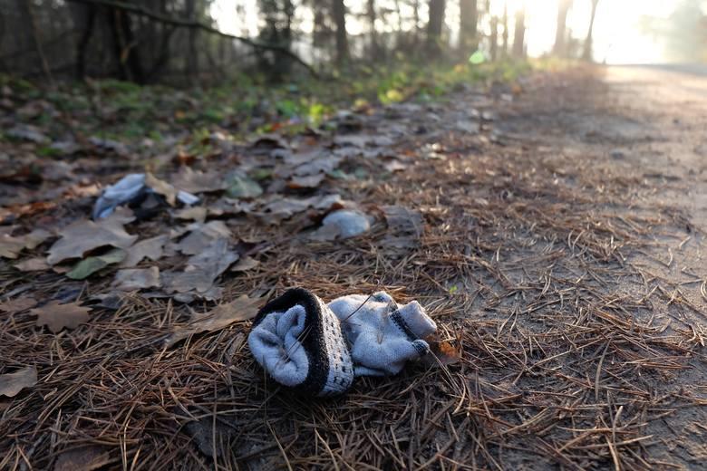 W Lesie Turczyńskim odnaleziono zwłoki młodej kobiety. Świadkowie twierdzą, że uprawiała jogging. Na miejscu zostały jedynie jasne rękawiczki i lateksowa