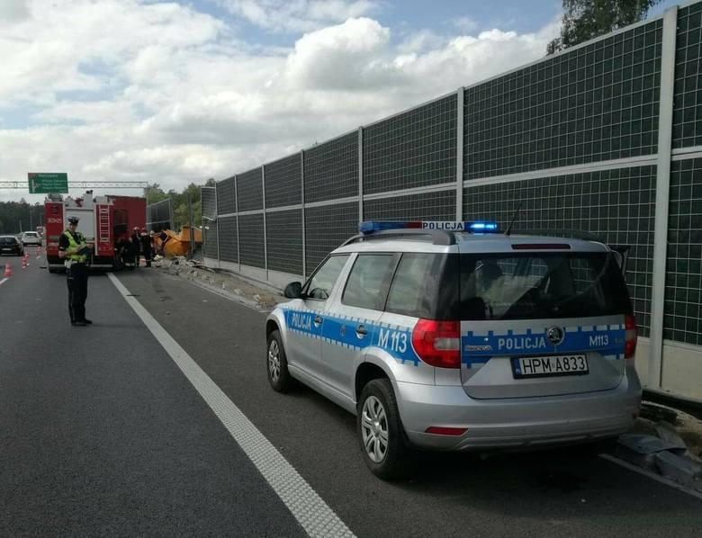 Ze wstępnych informacji wynika, że kierujący ciężarówką  z nieznanych przyczyn zjechał na pobocze i uderzył w ekran dźwiękochłonny. Kierowca pojazdu
