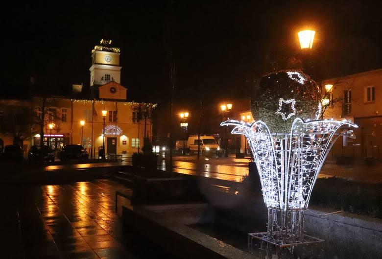 Piękne dekoracje bożonarodzeniowe w Grójcu. Miasto przybrało odświętny wygląd. Tysiące kolorowych światełek ozdobiło ulice tworząc niepowtarzalny świąteczny