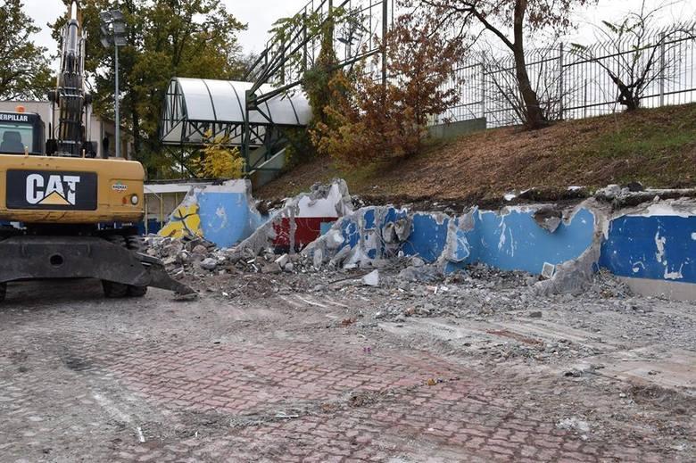 Rozpoczął się pierwszy etap przebudowy stadionu Polonii. Wyburzono już boksy zawodników, usunięto siedziska z części trybun. Kolejnym zadaniem będzie