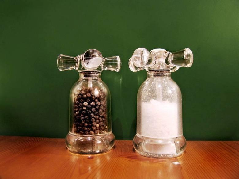 Sól to symbol oczyszczenia. Do koszyczka wkładamy przyprawy, bo chronią pożywienie przed zepsuciem. Taką samą ochronę mają stanowić dla tych, którzy