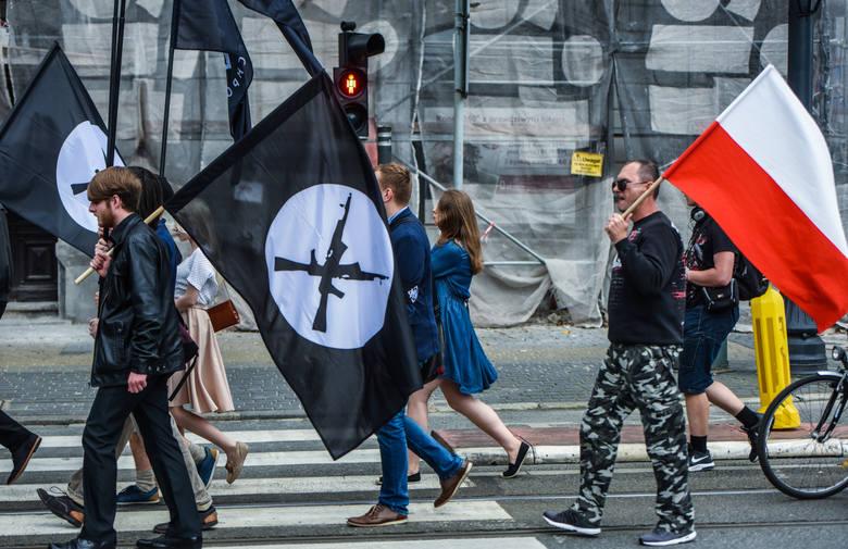 Członkowie Obozu Narodowo-Radykalnego z Bydgoszczy i Młodzieży Wszechpolskiej zorganizowali w sobotę (12 sierpnia) marsz przeciwko imigrantom i polityce