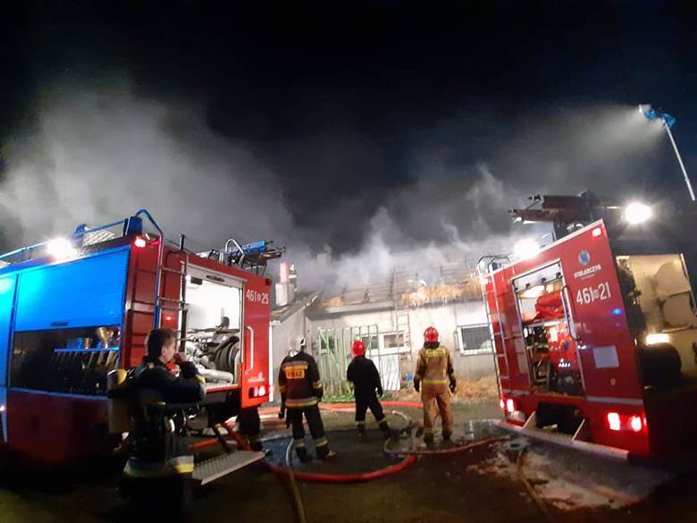 Ogień pojawił się na poddaszu i bardzo szybko objął większą część dachu. W kilkugodzinnej akcji gaśniczej brało udział 50 strażaków z całego powiatu