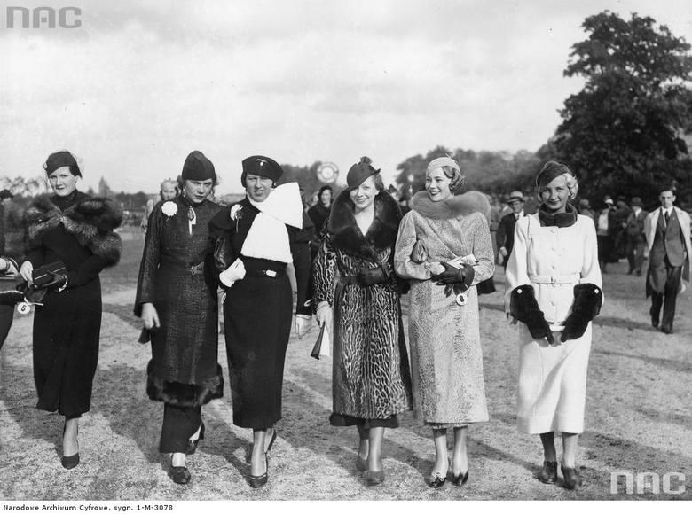 Pokaz mody podczas wyścigów konnych na torze Grunewald w Berlinie