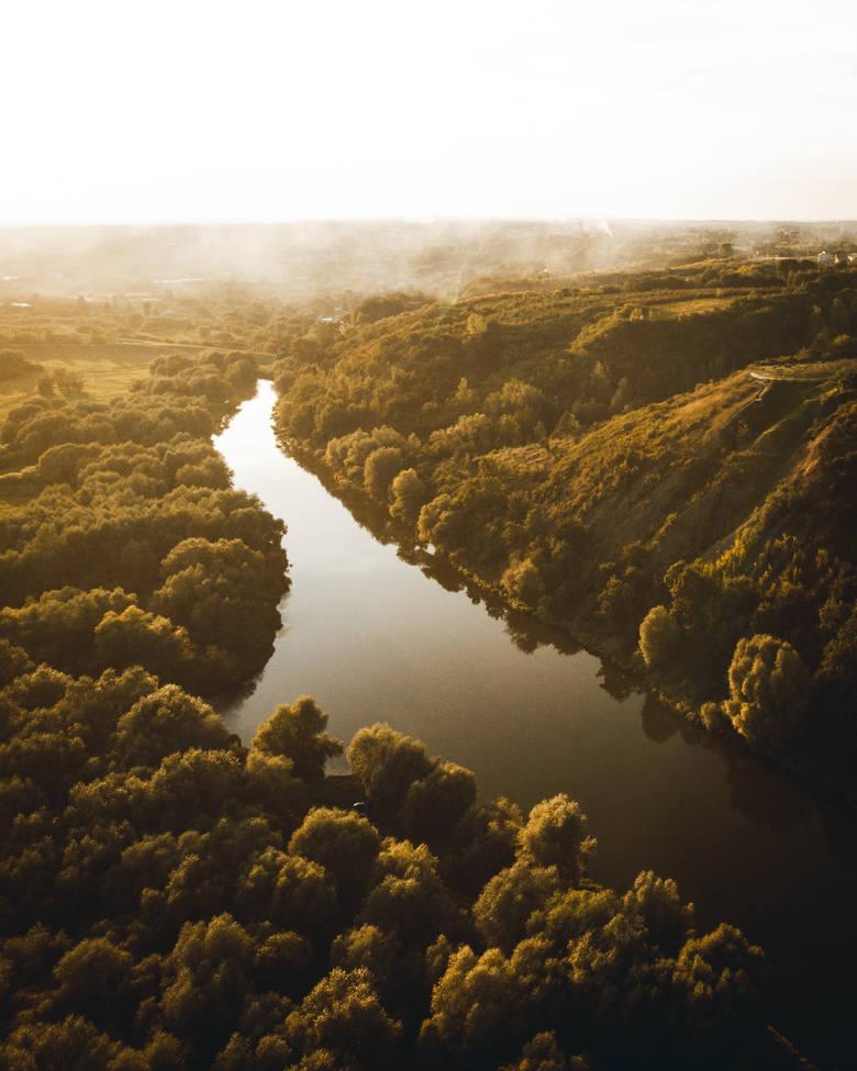 Podróż  była urozmaicona, bo Wisła płynie zarówno przez dzikie tereny, jak i miasta. Tu Warszawa