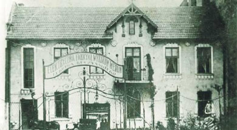 Jacek Małaczyński urodził się w Brzuchowicach pod Lwowem.