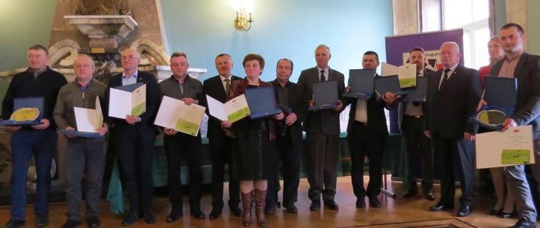 Nagrodzeni w I Świętokrzyskim Laurze Mlecznym oraz Leszek Hądzlik, prezydent Polskiej federacji Hodowców Bydła i Producentów Mleka (trzeci z prawej)