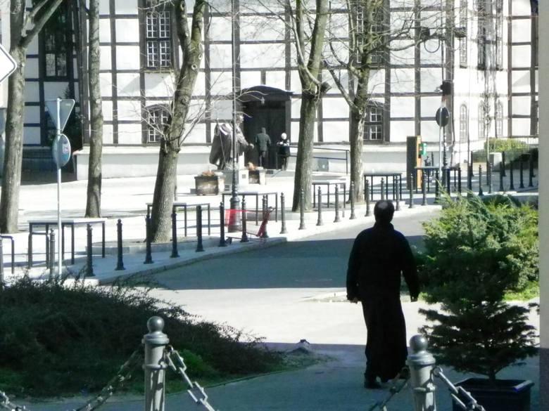 Ksiądz spieszy na mszę św. do kościoła pw. Matki Bożej Częstochowskiej w Zielonej Górze