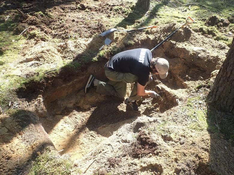 Stowarzyszenie Pomost po raz kolejny prowadziło poszukiwania szczątków żołnierzy niemieckich na naszych terenach. Tym razem sprawdzono dwie lokalizacje