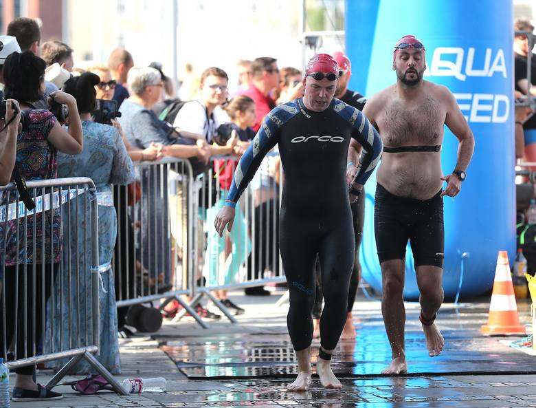 Upał przeszkadza uczestnikom Triathlonu Szczecin, który kończy tegoroczny cykl Tri Tour. Dopisała frekwencja wśród sportowców oraz kibice na trasie.