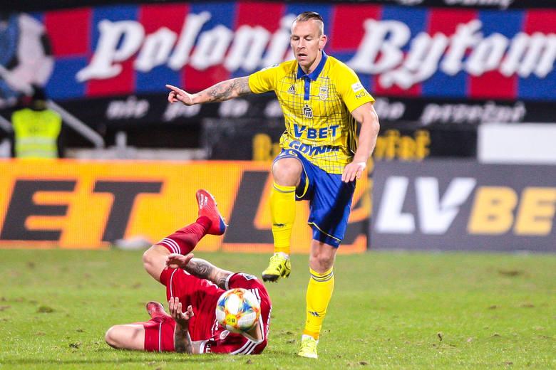 Adam Danch - 2Tracił piłki, grał niepewnie. Potrafił odwrócić się plecami we własnym polu karnym, widząc Živca szarżującego z futbolówką przy nodze.