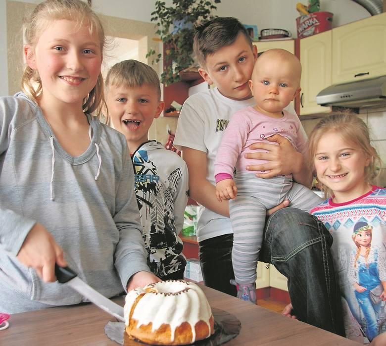Natalka (z lewej) upiecze ciasto. Obok Hubert, Mateusz z Lenką na rękach i Gabrysia.