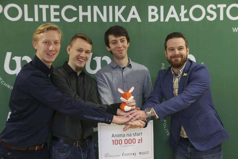 Twórcy Animy (na zdjeciu od lewej): Michał Jaszczuk, Mateusz Bajko i Mateusz Markiewicz otrzymali od Tomasza Stypułkowskiego (z prawej) symboliczny czek