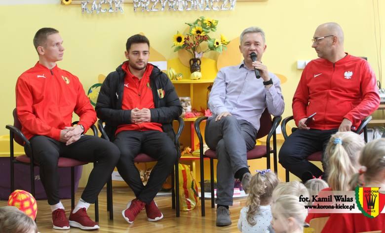 Trener Korony Kielce Mirosław Smyła i dwaj piłkarze - Argentyńczyk Andres Lioi i Piotr Pierzchała wybrali się do Przedszkola numer 25 w Kielcach. Zostali