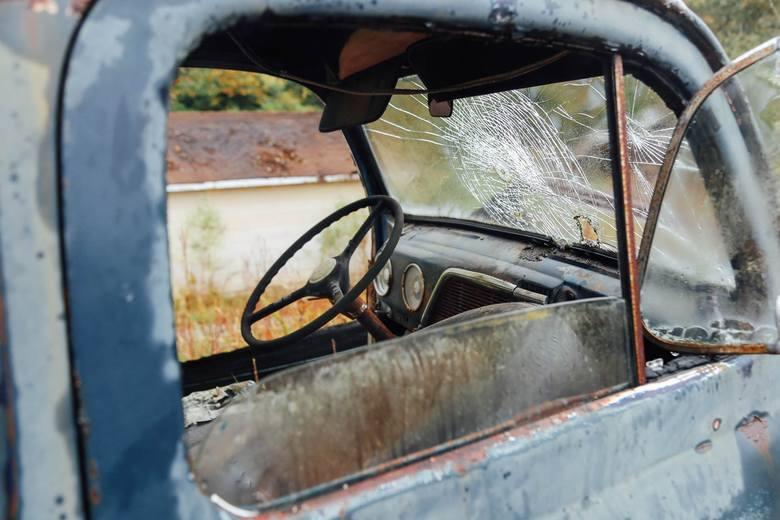 Opuszczone samochody po jakimś czasie przechodzą na własność gminy, która zobowiązana jest płacić za nie ubezpieczenie OC. To miliony złotych wydawane