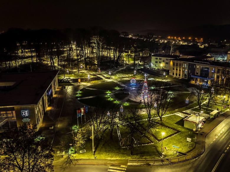 Wspaniałe prezentuje się na zdjęciach z drona miasto Morawica. Oto zdjęcia wykonane przez Sławka Rakowskiego w piątek w nocy.