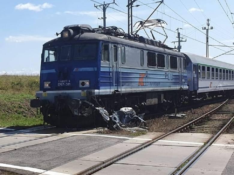 Do tragicznego wypadku doszło na przejeździe kolejowym okolicach miejscowości Nawino między Rąbinem a Czarnowęsami Pomorskimi.Samochód osobowy wjechał
