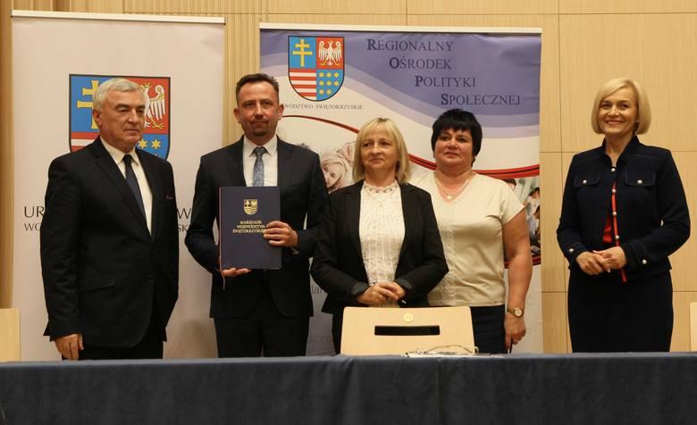 """Umowę na realizację projektu """"Bezpieczna przyszłość"""" podpisali, od lewej: marszałek województwa świętokrzyskiego Andrzej Bętkowski,"""