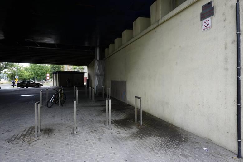 Most Dworcowy wciąż jest dziką toaletą dla ludzi, załatwiających sprawy w bezpośrednim sąsiedztwie, mimo toalet płatnych w centrum handlowym i na dworcach